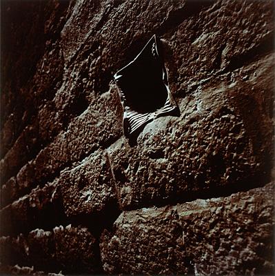 Buraco na parede, 1993, Barcelona. Cibachrome | Miguel Rio Branco