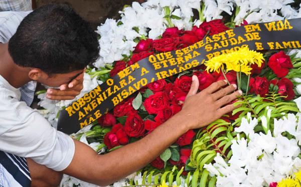 Enterro de Robson Barbosa, de 13 anos, que morreu atropelado por uma Kombi na frente da escola onde estudava | Priscilla Buhr