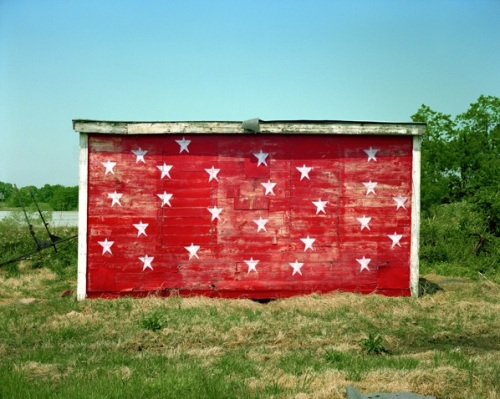 Red Shack with White Stars, Brownsville, Tennessee. 1974-2003| Série Uncommon Places| Stephen Shore