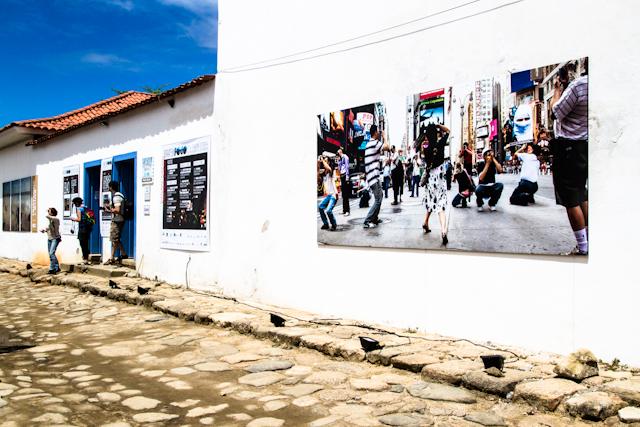 Exposição ao ar livre de fotos de P. Funch na fachada da Casa da Cultura   Bella Valle