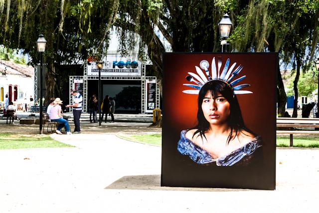 Exposição ao ar livre de fotos de Marcos Lopez na Praça da Matriz   Bella Valle