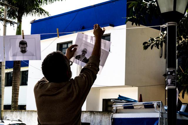 "Morador de Paraty retirando seu retrato feito pelo Nitro Imagens, para o projeto ""Moradores - A Humanidade do Patrimônio Histórico""   Bella Valle"