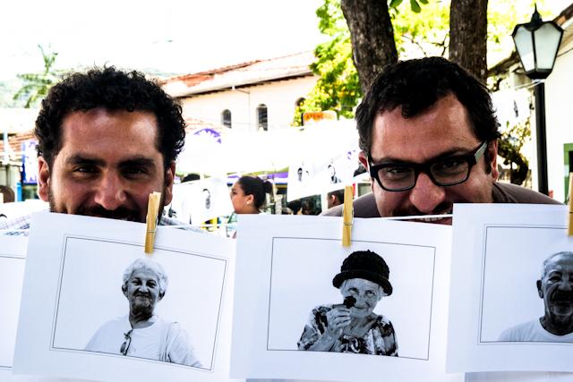 João e Gustavo, da Nitro, e as fotos dos moradores no varal   Bella Valle