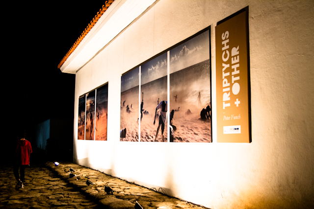 Exposição de Peter Funch vista à noite   Bella Valle