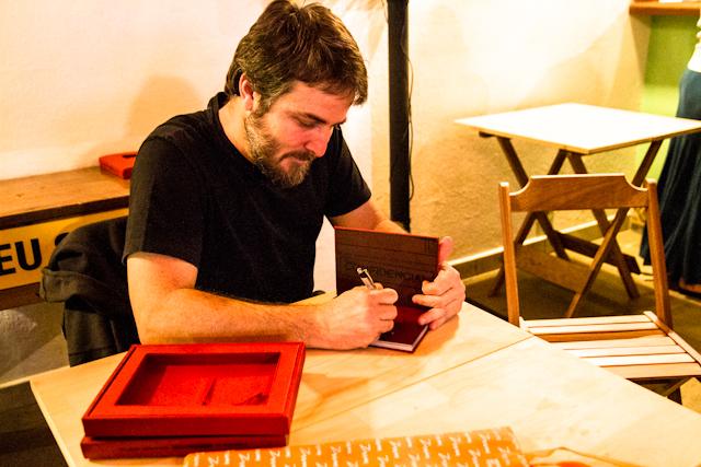 Gilvan Barreto assinando meu exemplar no lançamento do seu livro Moscouzinho   Bella Valle