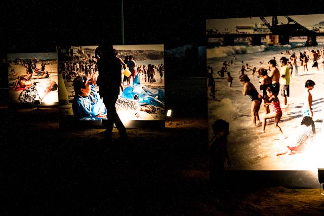 Trípticos da exposição Praias, de Martin Paar, iluminados   Bella Valle