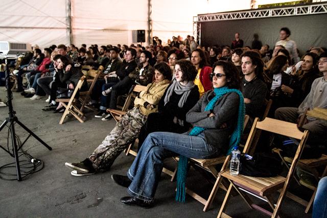 Público assistindo às projeções na tenda da Praça da Matriz | Bella Valle