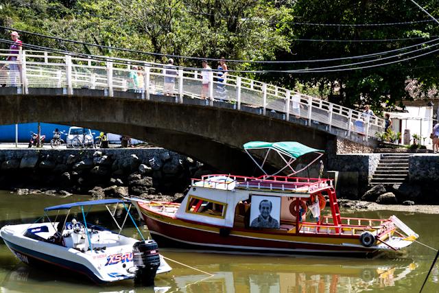 Barcos com exposição fluvial da Nitro, com retratos de moradores de Paraty   Bella Valle