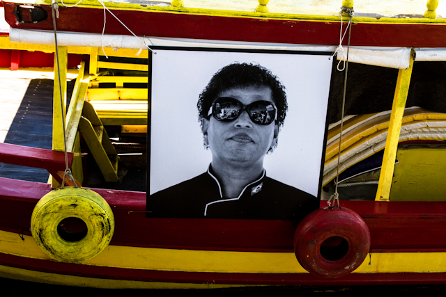 "Retrato da exposição ""Moradores"", da Nitro, nos barcos de Paraty   Bella Valle"