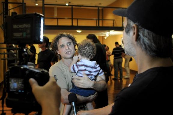 Mateus Sá abrindo sua exposição retrospectiva pelas lentes de Luca Barreto : parceria mesmo depois do encerramento das atividades do Canal 03