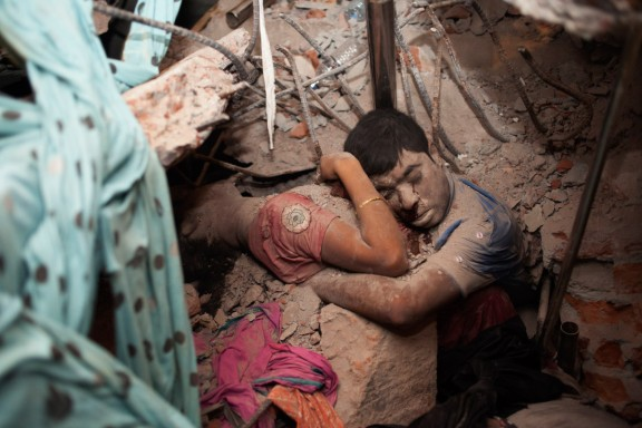 Fotografia de um casal, abraçado no meio dos escombros do prédio que ruiu em Bangladesh se tornou imagem símbolo da tragédia | Taslima Akhter