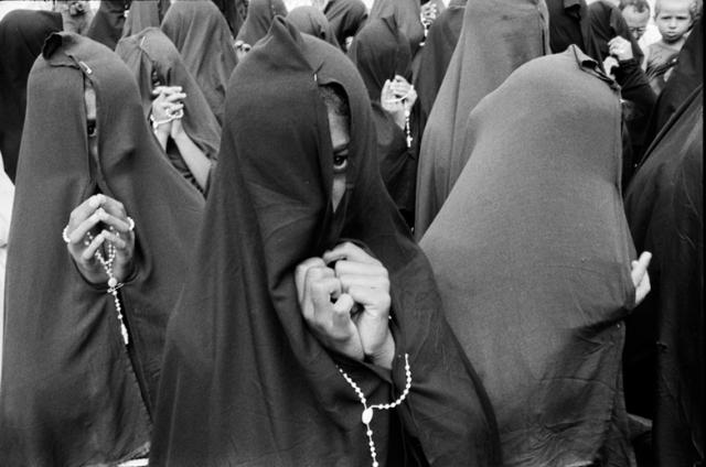 Procissão do Madeiro, adolescentes em cortejo a pés descalços na Sexta-feira Santa. Nossa Senhora das Dores | Guy Veloso